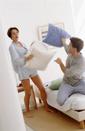 24. Dokunun. Çıplak olarak yatağa uzanın ve 20 dakika boyunca parmaklarınızı birbirinizin kollarında, sırtında ve göbeğinde gezdirin. Hem seksi, hem rahatlatıcı hem de sizi daha fazlasına hazırlayan bir aktivite olabilir.  25. Kalabalık bir aksam yemeği hazırlayın. Hem kendi arkadaşlarınız hem de onun arkadaşları için bir pazar yemeği düzenleyin. Yemeği dışarıdan söyleyebilir veya kendiniz hazırlayabilirsiniz. Asıl amaç, her ikinizin dünyasını bir çatı altında toplayabilmek.  26. En utanç verici anlarınızı birbirinizle paylaşın. Kendinizi kötü hissetseniz bile sizin yüz kızartıcı anlarınız erkek arkadaşınıza sevimli gelebilir ve hatta kendisini size daha yakın hissedebilir.  27. Pijama günü düzenleyin. Eğer evin içinde miskin miskin geziniyorsanız üzerinize günlük kıyafet giymek için uğraşmayın bile. Bu kendinizi gereğinden fazla tembel hissetmenizin haricinde beraberken rahat hissetme seviyenizi de güçlendirecektir. Tabii kendinizi daha seksi hissetmek için minik bir gece takımı giymenizde fayda var.